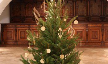 Karácsonyi kirakatok újrahasznosított anyagokból